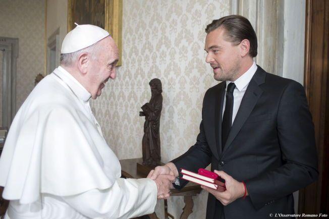 PAVELIG HÅNDTRYKK: Filmstjernen Leonardo DiCaprio møtte i går Pave Frans i Vatikanet.
