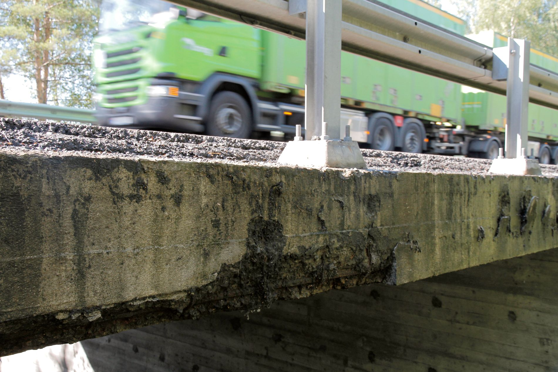 TUNGT TRAFIKKERT: Hulldalskilen bro på E18 ved Kragerø har en rustskade i kategorien «kritisk for bæreevnen». Statens vegvesen mener at broen er trygg å kjøre på, tross skaden.