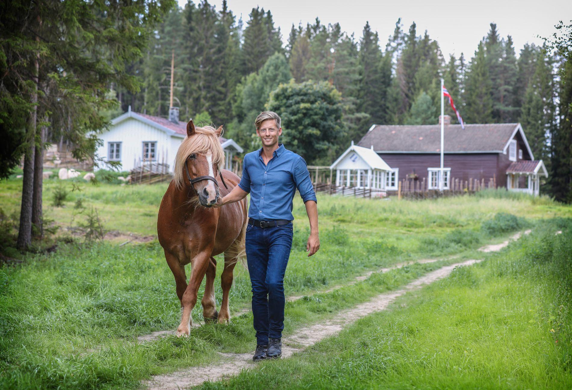 «Farmen»-programleder Gaute Grøtta Grav på Gjedtjernet gård i forbindelse med innspillingen av fjorårets sesong.