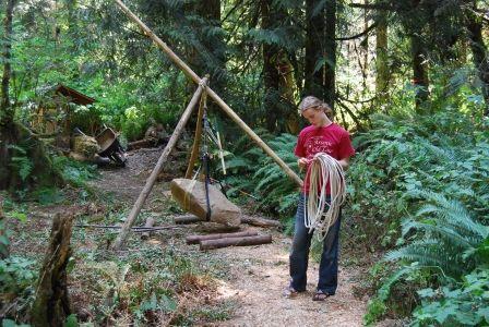 BACK TO BASIC: Bygging av trehytter, klatring i trær, tett på dyr og natur. Fysisk aktivitet i kombinasjon med mental terapi, riktig kosthold og nok søvn er en del av programmet når unge skal avvennes for sin nettavhengighet hos Restart i Seattle.