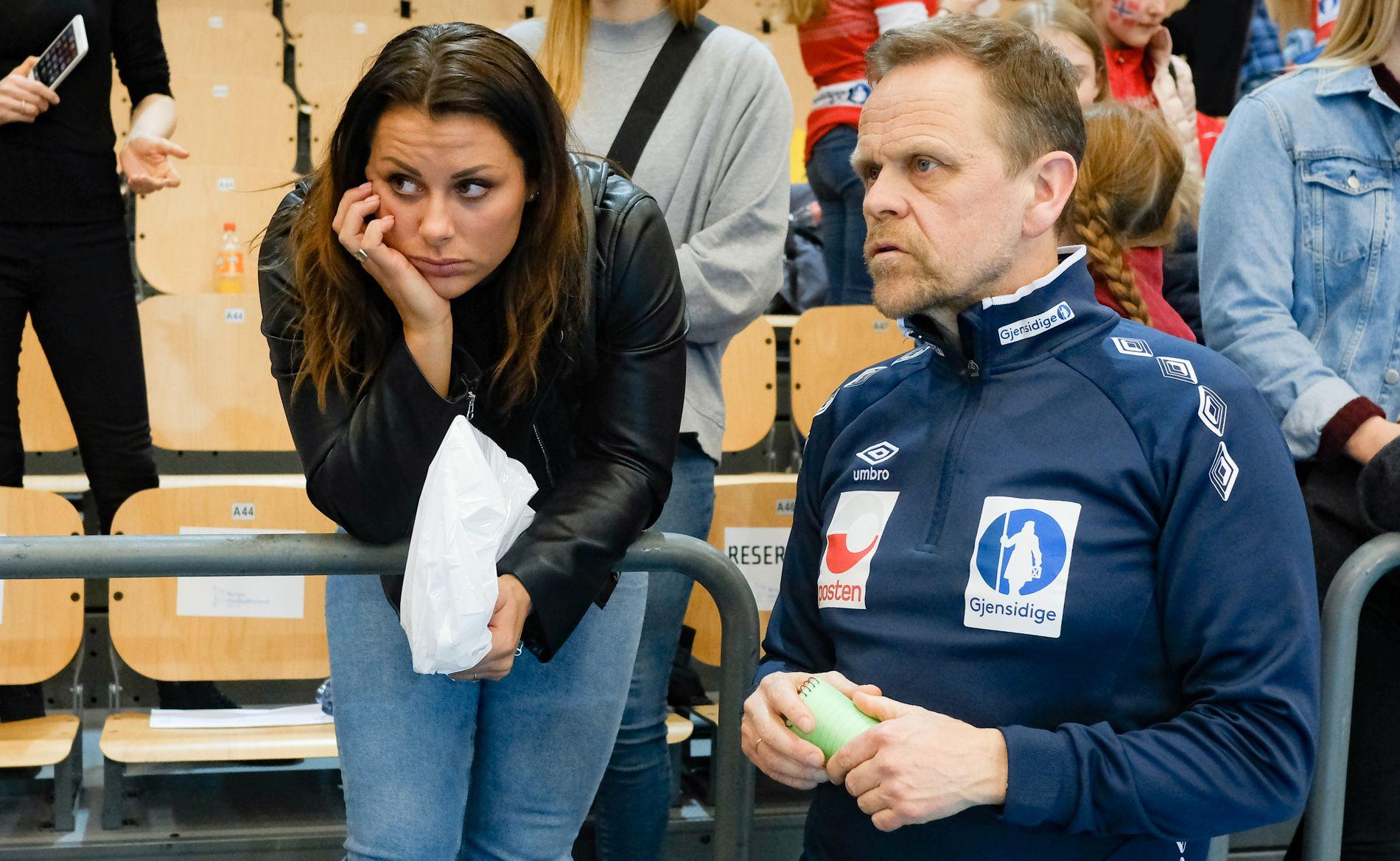 PÅ SIDELINJEN: Nora Mørk ble kneskadet i februar. Nå er hun snart tilbake på banen, men landslagssjef Thorir Hergeirsson tviler sterkt på om det blir EM på Mørk i desember. Her er de sammen etter Norges EM-kvalik mot Kroatia i mars.
