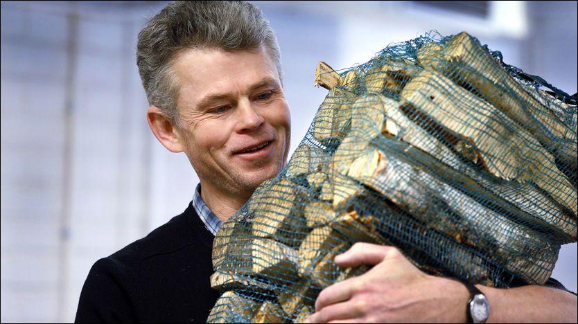 STORE FORSKJELLER: Det skiller enormt mye på hvor mye en 40-liters sekk inneholder. Her er ingeniør ved Norsk Institutt for skog og landskap, Eirik Nordhaugen, på vei for å måle innholdet. Foto: Jan Petter Lynau