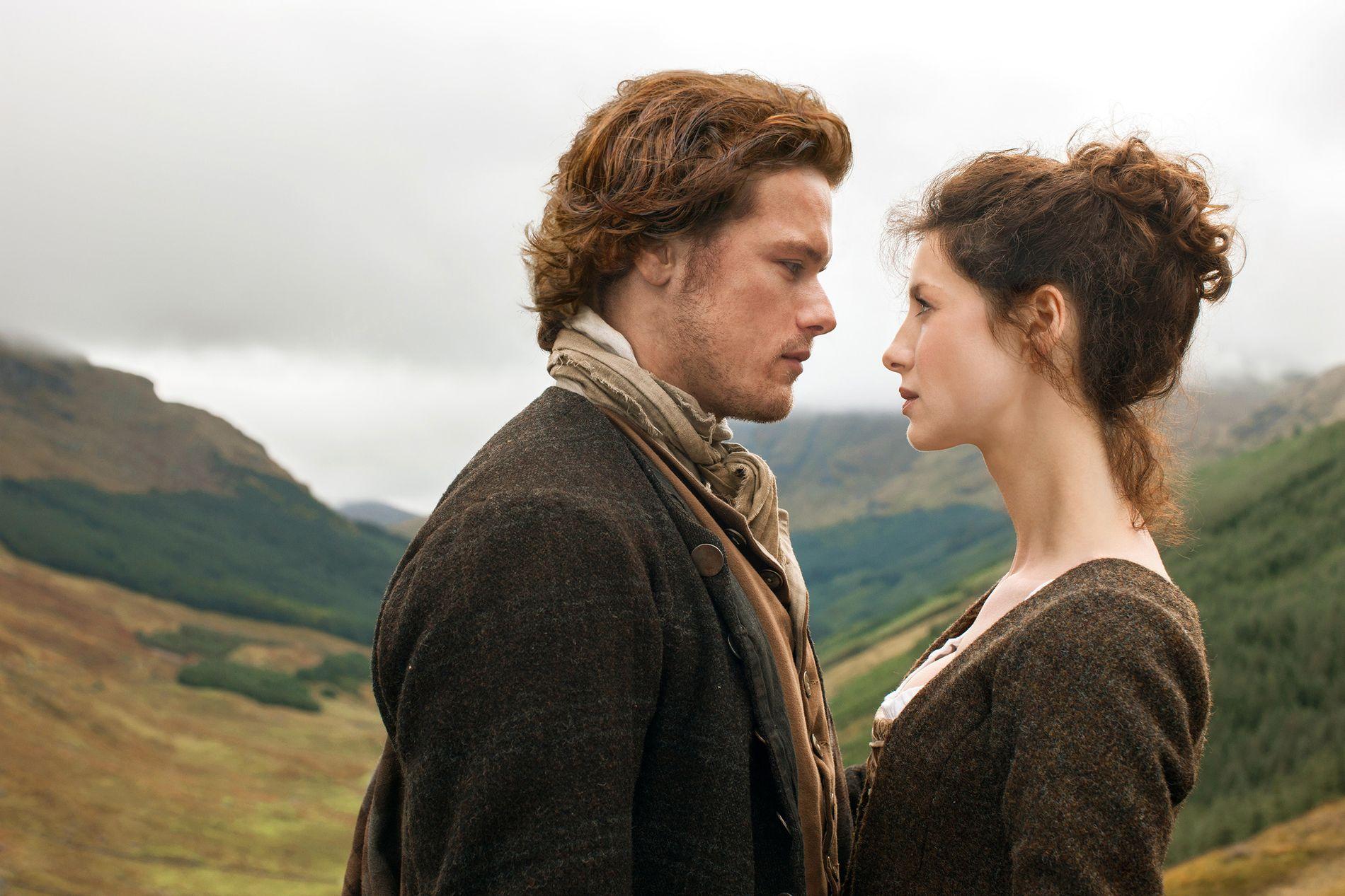 TATT AV TIDEN: Sam Heughan som Jamie Fraser og Caitriona Balfe som Claire Randall i «Outlander».
