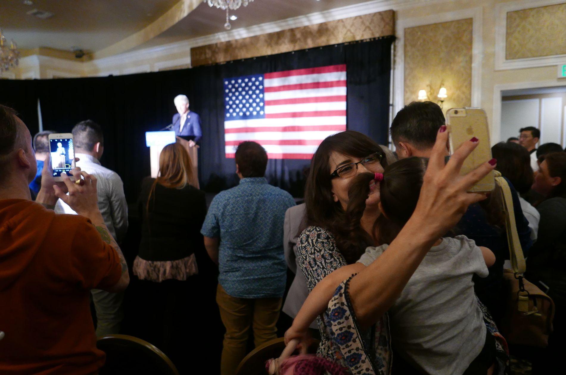 POPULÆR: Å ta selfies «med» Bill Clinton i bakgrunnen var nesten like populært som å lytte til den tidligere presidenten under en rally i Los Angeles natt til torsdag.