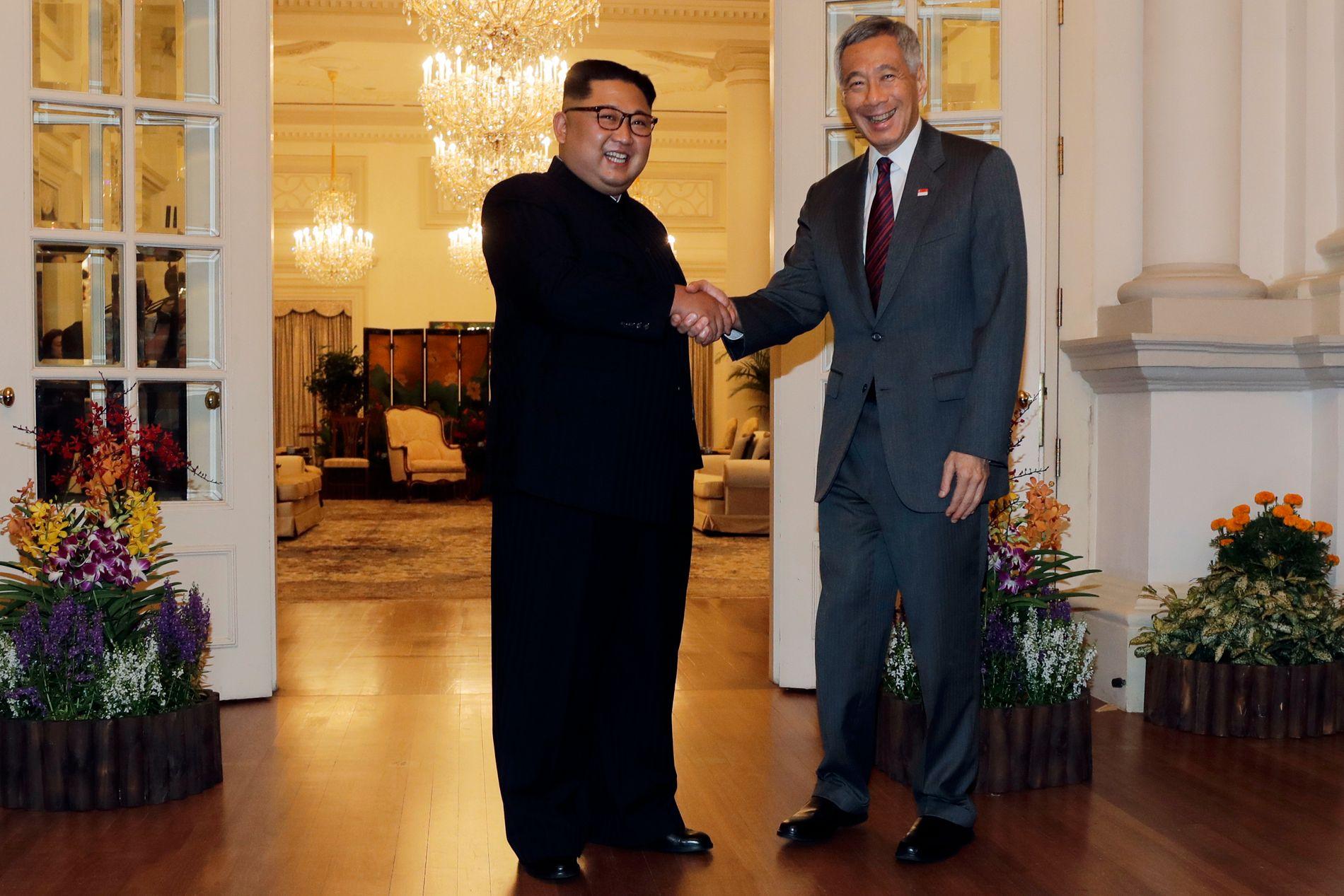 GOD STEMNING: Nord-Koreas leder Kim Jong-un møtte søndag statsministeren i Singapore, Lee Hsien Loong.