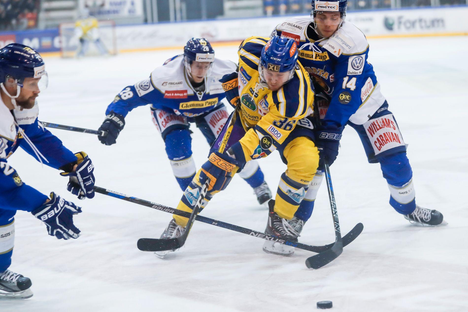 PAKKES INN: Storhamars Martin Blakseth Huse blir effektivt stoppet av Henrik Knold (t.h.) og Niklas Roest i den sjette kvartfinalekampen.