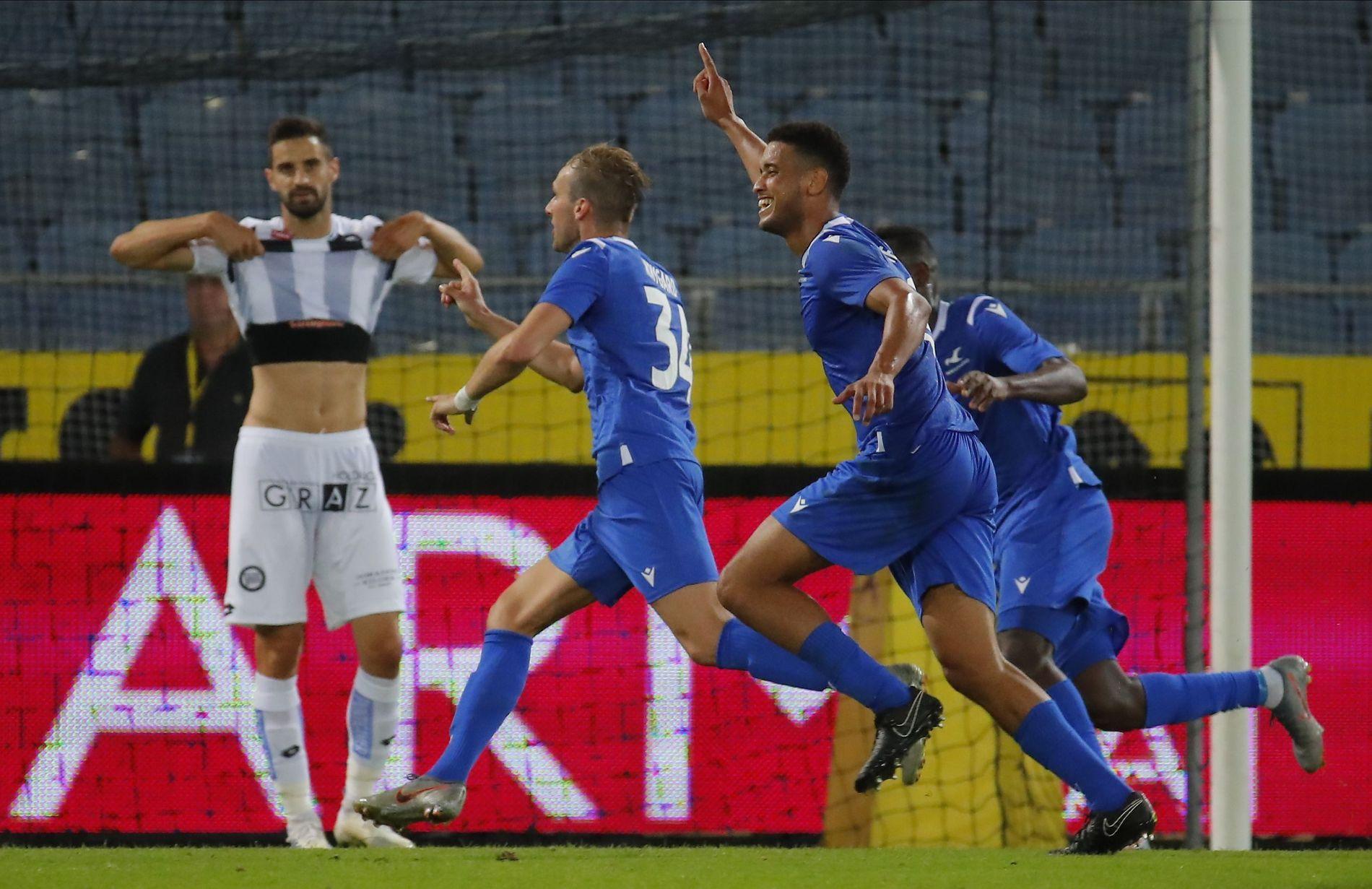 JUBEL: Kevin Krygård (t.v) og Bruno Leite (i midten) feirer den avgjørende scoringen som sendte Haugesund videre i Europa League-kvalifiseringen.