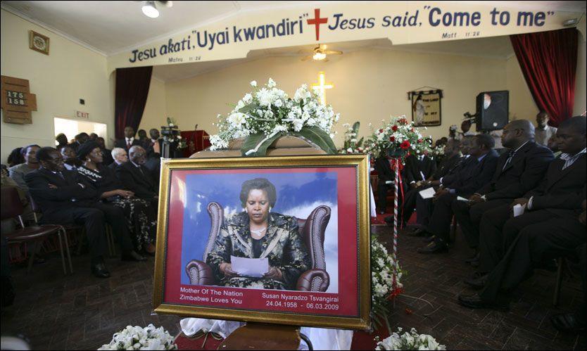 MINNESTUND: Susan Tsvangirai, kona til Zimbabwes statsminister, ble tirsdag minnet under en seremoni i Harare. Hun døde da hun og ektemannen var involvert i en bilulykke fredag. Foto: AP
