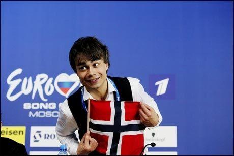 SJARMØR: Alexander Rybak hadde med seg norsk flagg på podiet under torsdagens pressekonferanse. Foto: Scanpix