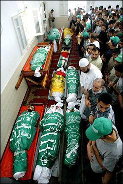 SØRGER: Palestinere i Gaza by sørger over døde etter en eksplosjon i Jebalaya på Gazastripen. Foto: AP.