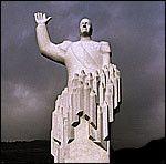 DETTE ER STATUEN: Knut Steens Kong Olav-monument. Foto: Scanpix