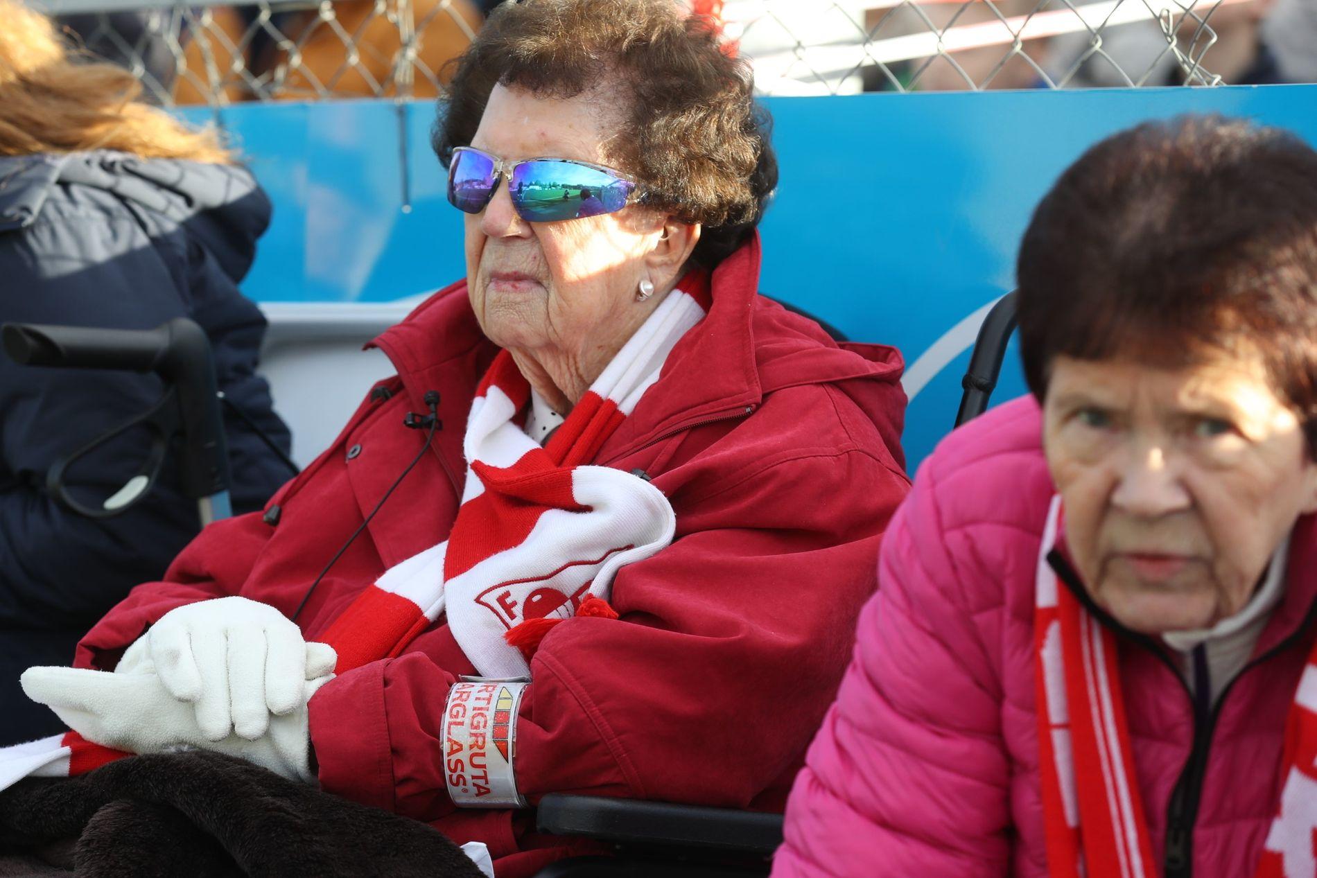 MOR OG DATTER: Miriam Isdal (101) og datteren Mai (68) følger spent og nøye med under kampen mellom favorittklubben Fredrikstad og Grorud på Grorud stadion lørdag.