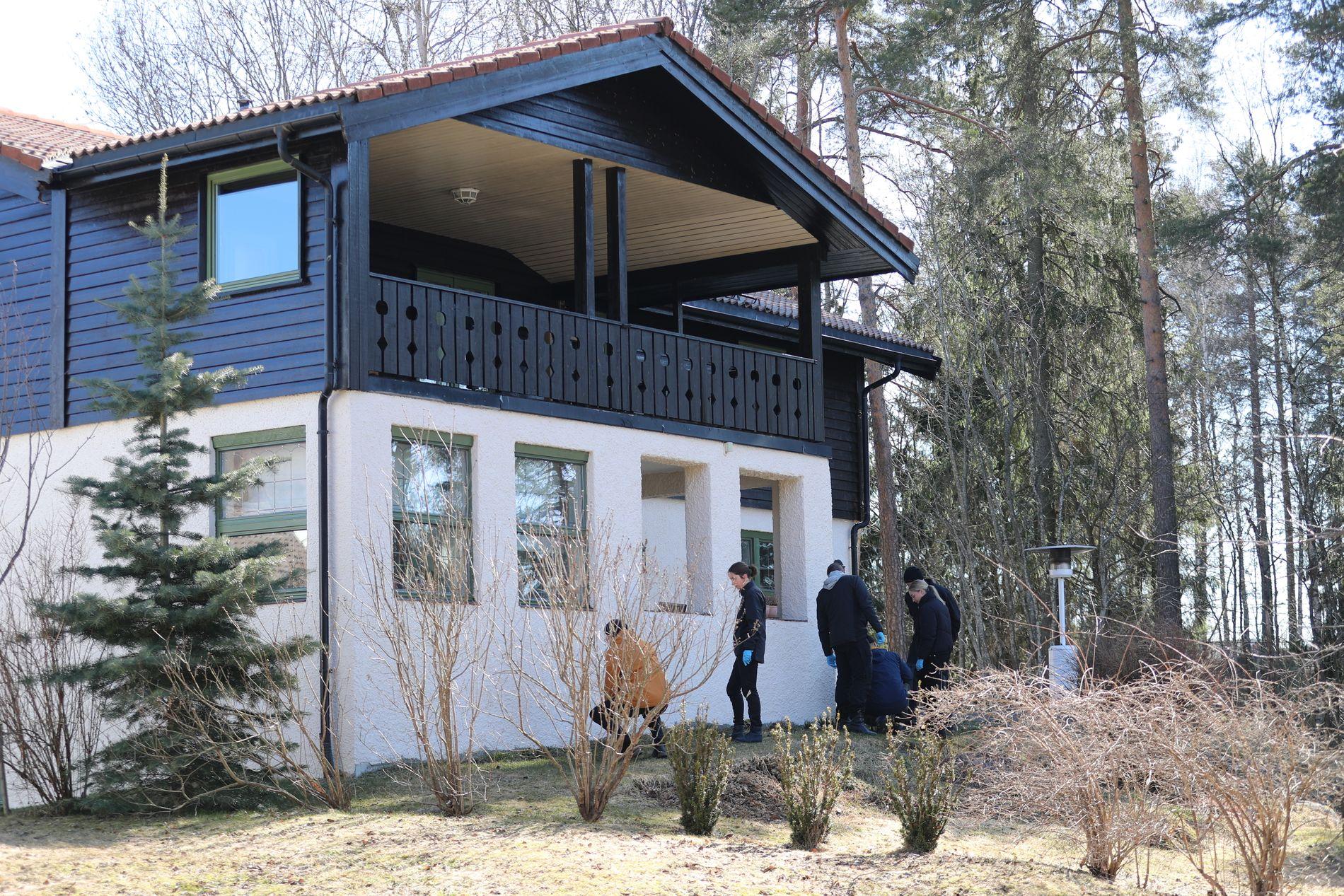 UNDERSØKELSER: Så sent som i april ble det gjort omfattende undersøkelser utenfor huset til Hagen-ekteparet.