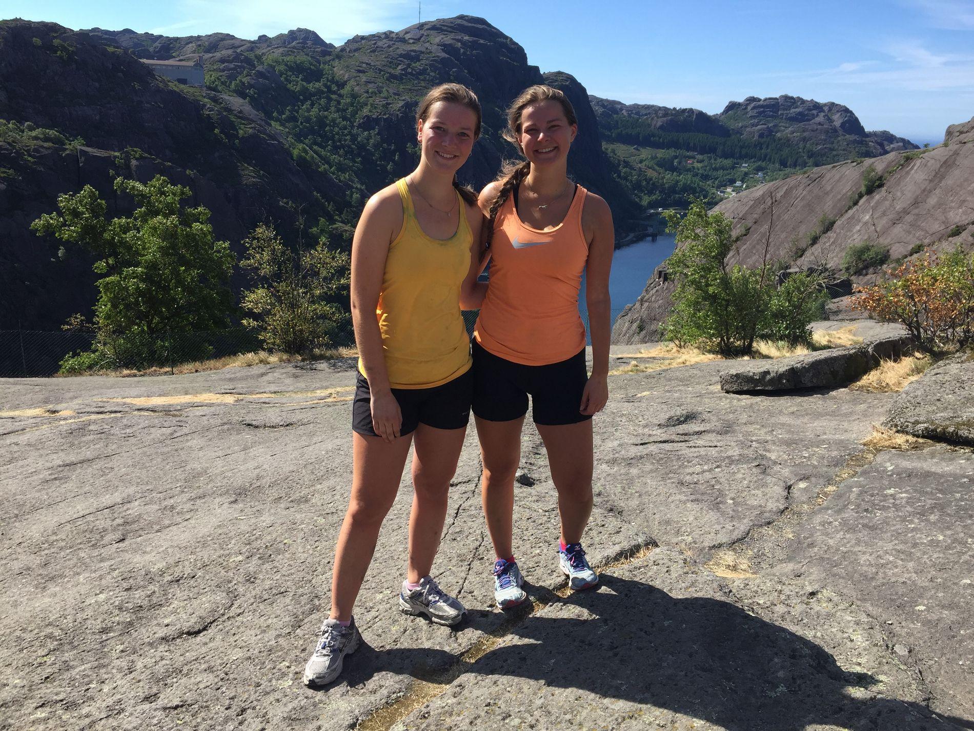 PÅ TOPPEN: Her er Henriette Owe (til venstre) og Kjerstin Bråten ved Førde. De har syklet Norge på langs på en måned.