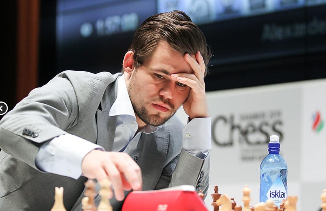 STORSPILTE: Magnus Carlsen i aksjon i det siste partiet i Shamkir-turneringen, der han viste sjakk på høyeste nivå.