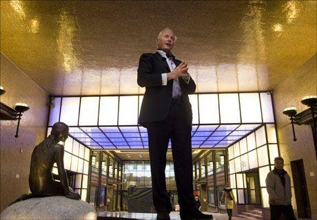 FOLKETEATERET: Eieren Christian Ringnes ved inngangspartiet til Folketeateret, med en av originalene av «Den lille havfrue» fra København. Foto: Scanpix