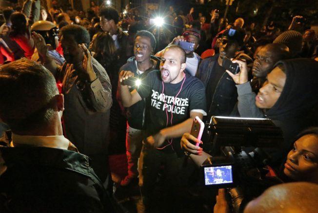 REAGERTE: Kort tid etter nattens skyting, trakk en rekke mennesker ut i gatene og demonstrerte mot politiet.