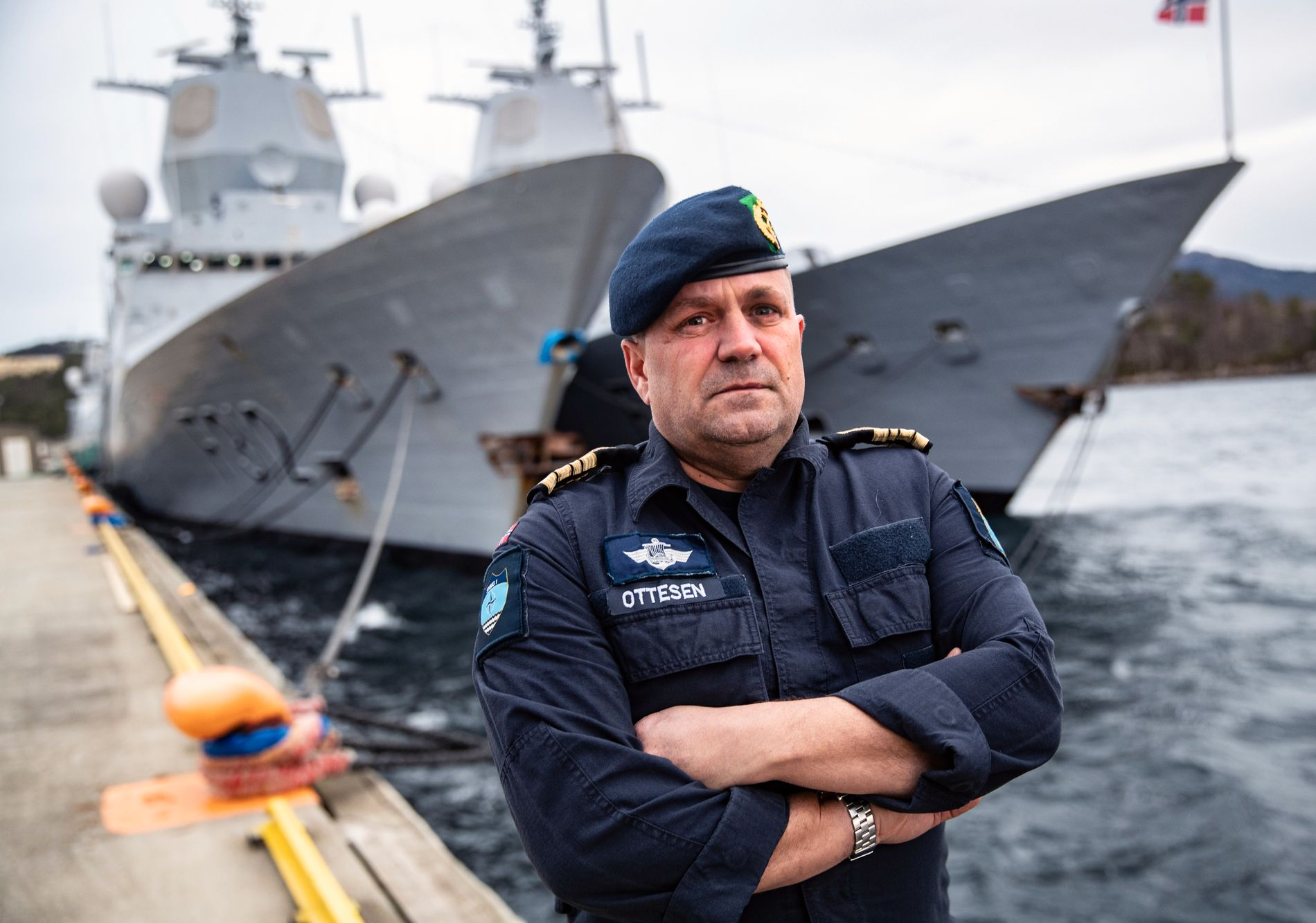 SKIPSSJEF: Kommandørkaptein Preben Ottesen foran fregattene KNM «Otto Sverdrup» og KNM «Thor Heyerdahl» på Haakonsvern.