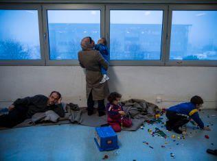 LEKEOMRÅDE: En familie fra Syria venter på registrering hos Politiets utlendingsenhet. Barna har fått Lego å pusle med.