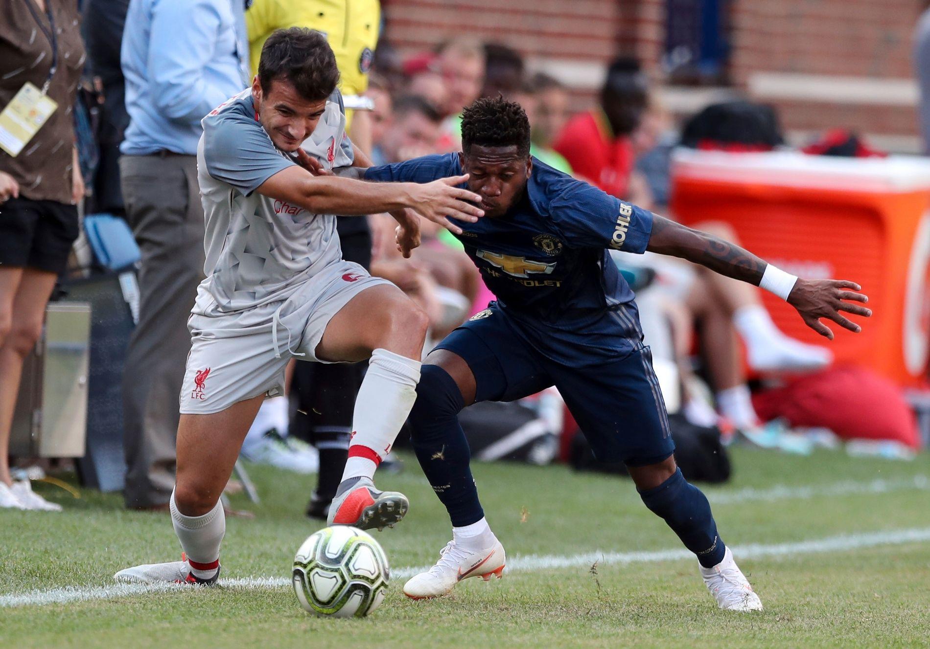 CHIRIVELLA MOT FRED: Nei, ikke mot konseptet Fred, men i duell mot fotballspilleren Fred. Her fra treningskampen mellom Liverpool og Manchester United natt til søndag.