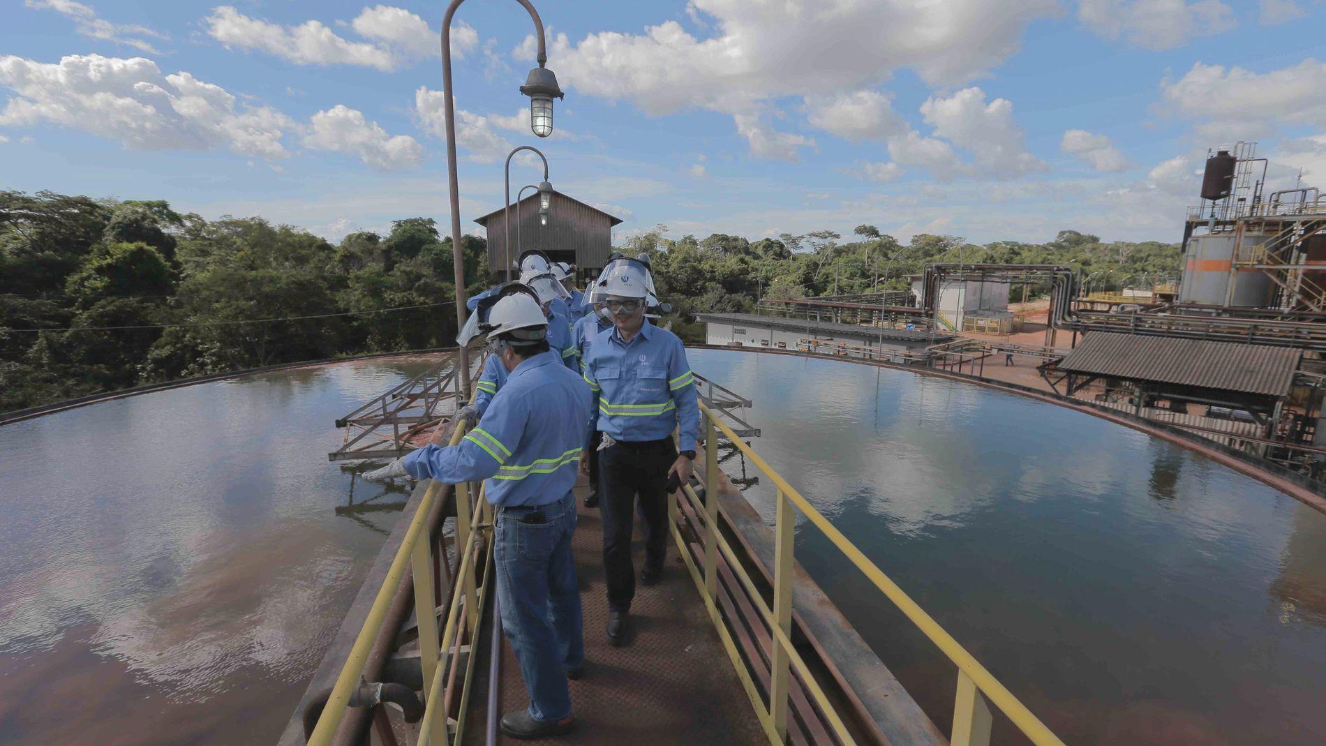 PÅ KRISEBESØK: Konsernsjef Svein Richard Brandtzæg i Norsk Hydro besøker selskapets anlegg i Brasil etter at dette ble rammet av ekstremvær.