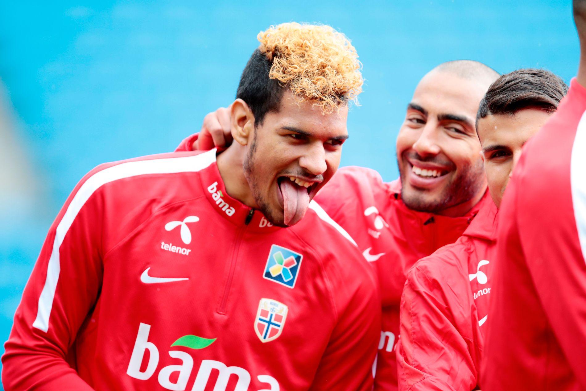 DEBUTERTE: Ohi Omoijuanfo fikk 45 minutter mot Sverige for snart ett år siden. Her skøyer han sammen med Haitam Aleesami på landslagssamling i fjor.