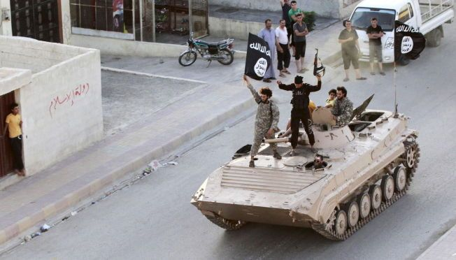 PARADE: Arkivfotoet viser IS-krigere i Raqqa i Syria 30. juni 2014.