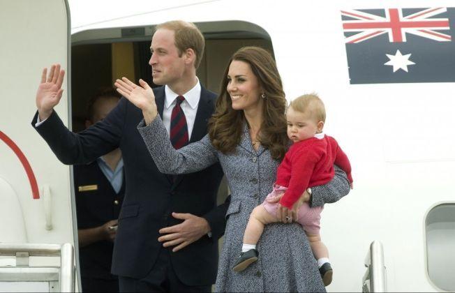 POPULÆR TRIO: Prins William, hertuginne Kate og prins George på vei hjem fra oppdrag i New Zealand og Australia tidligere i år.