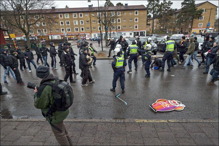 SIST SØNDAG: En gruppe svartkledde menn gikk forrige søndag til angrep på en antirasistisk demonstrasjon i Kärrtorp, Stockholm. To personer ble knivstukket. Lørdag demonstrerte tusener mot rasisme. Foto: SCANPIX