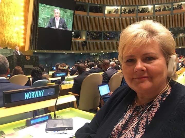 PÅ PLASS: Statsminister Erna Solberg var spent på plass i FNs hovedsal før Donald Trump skulle holde sitt innlegg tirsdag morgen amerikansk tid.