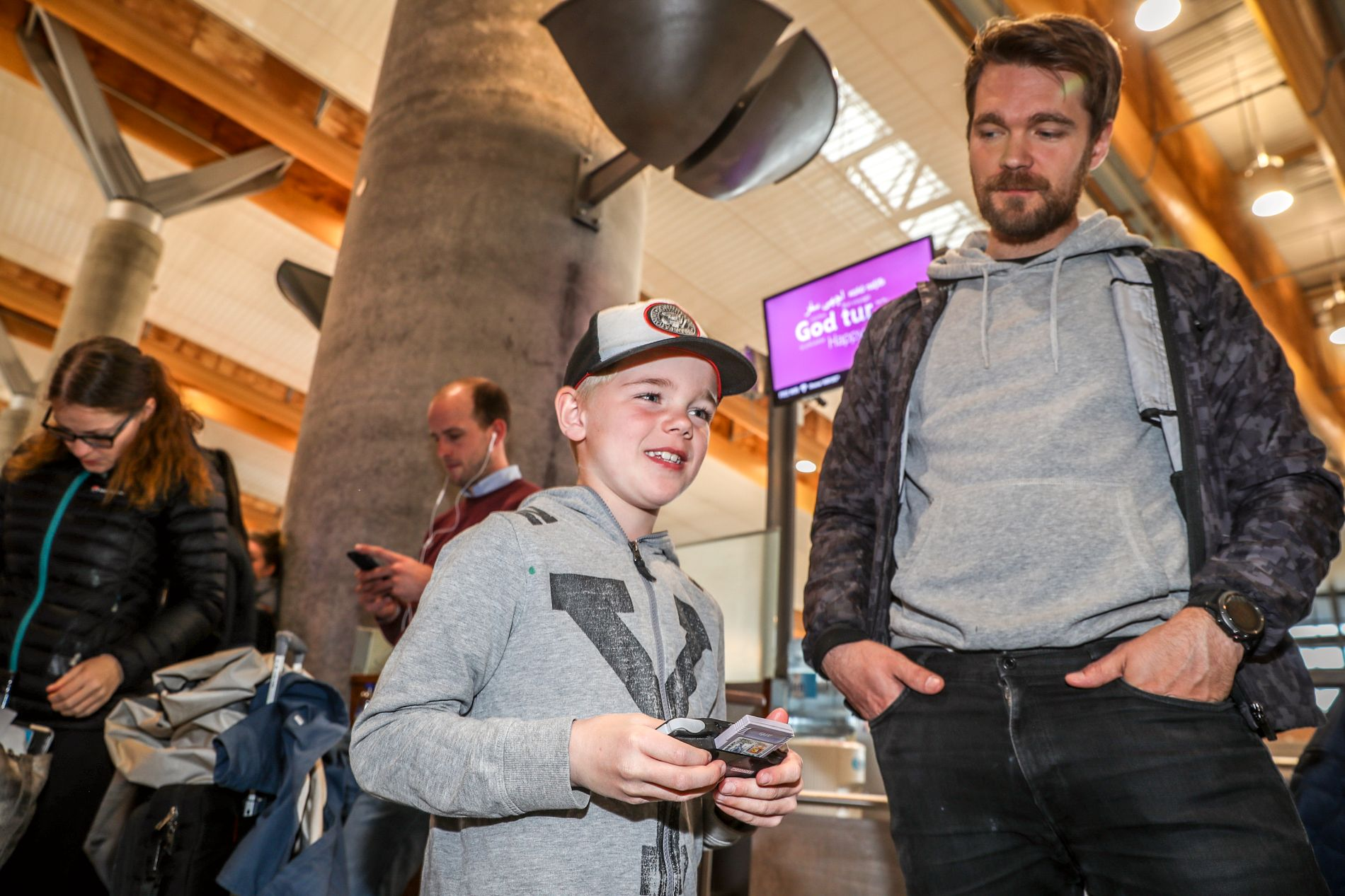 VIL REKKE KAMP: Falk (7) skal på sin første storkamp i Leeds søndag sammen med pappa Jan Tore Klausen (34).