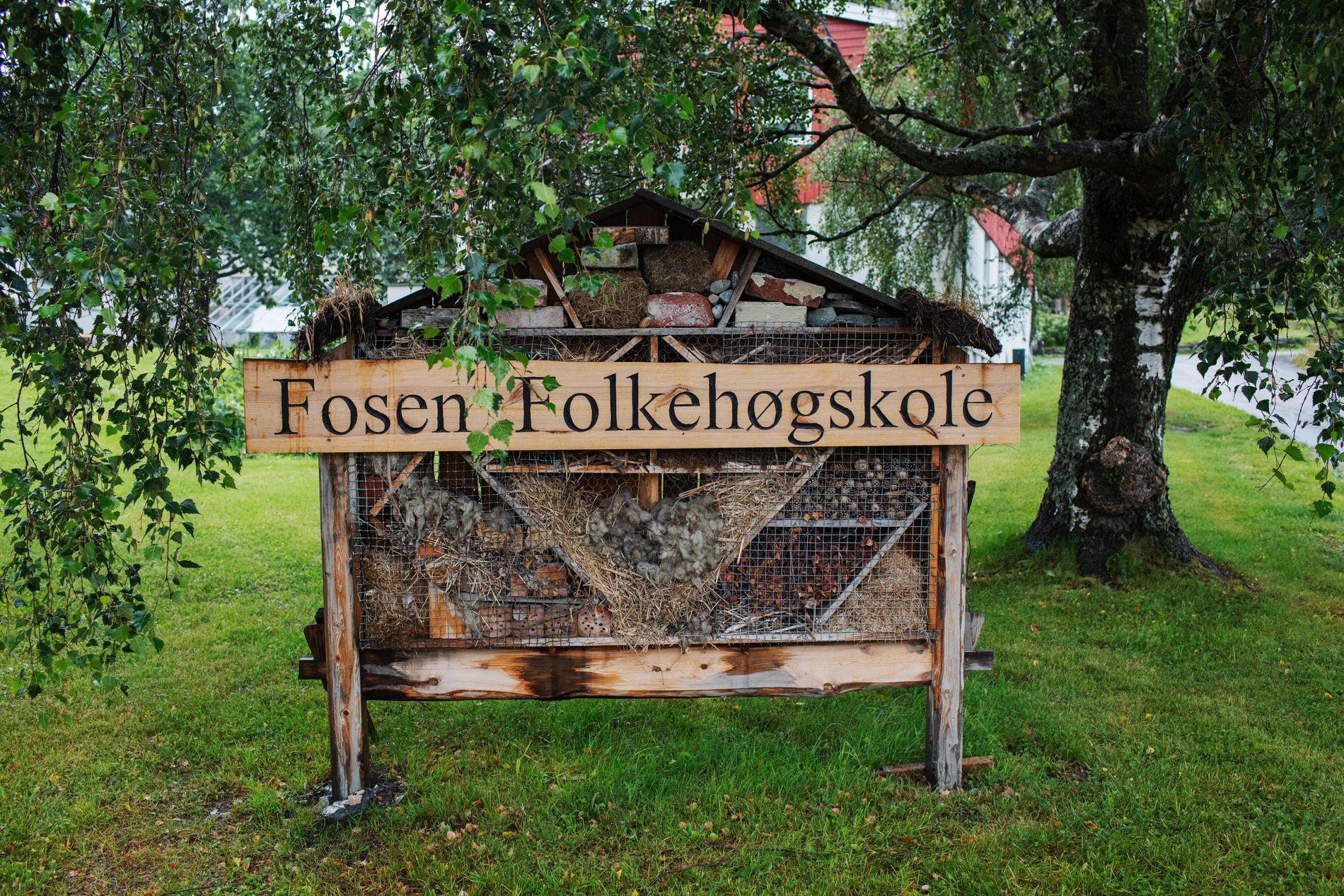 SKILT: Dette skiltet vil møte de nye elevene som snart ankommer folkehøgskolen i Rissa kommune.