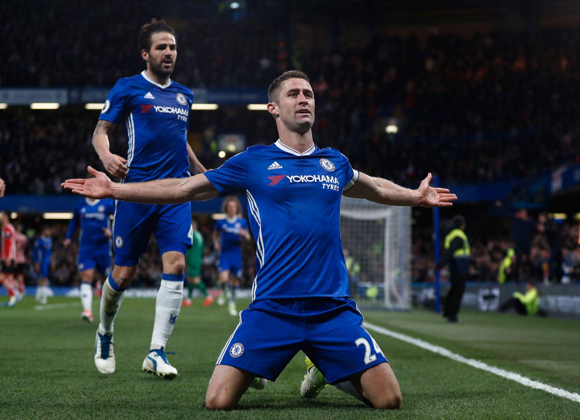 2-1: Gary Cahill jubler etter å ha nikket Chelsea i ledelsen rett før pause. I bakgrunnen Cesc Fabregas. Foto: STEFAN WERMUTH, REUTERS