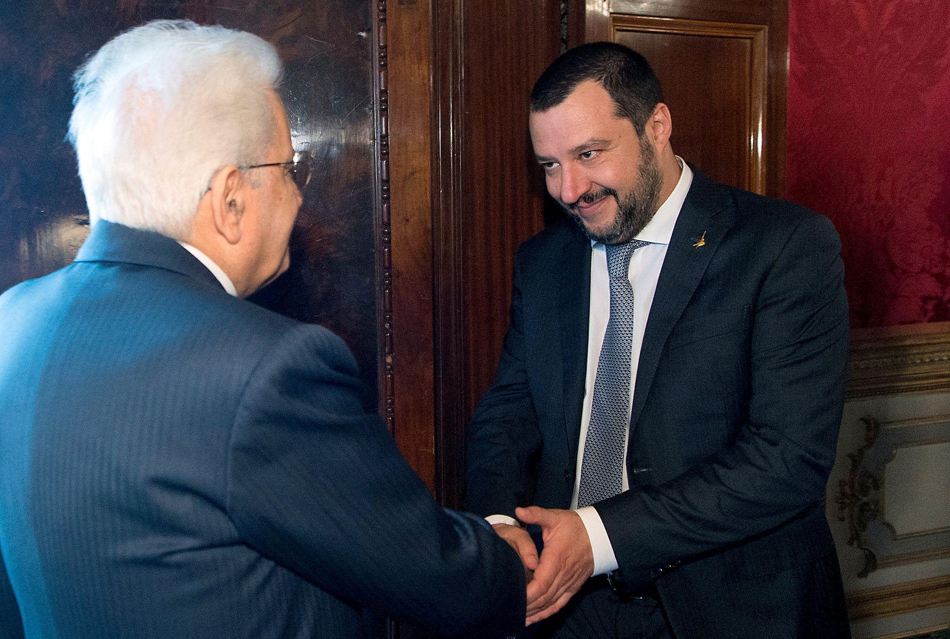 AVVISER INNBLANDING: Lega-leder Matteo Salvini (t.h.) nekter for at hans gode venn Vladimir Putin skal ha hatt noe å gjøre med den intense krav-stormen på sosiale medier om riksrettssak mot Italias president, Matteo Salvini (t.v.)
