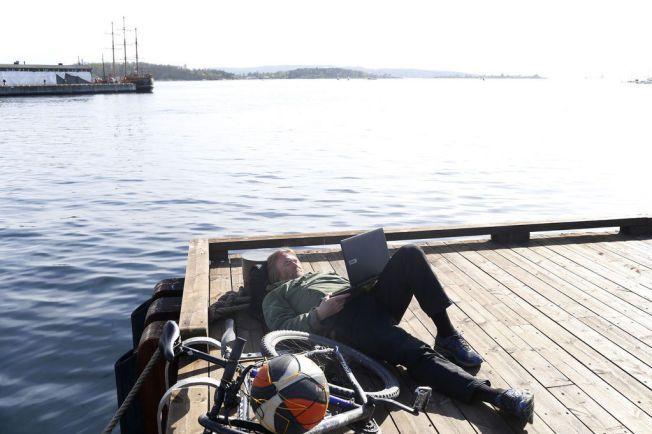 Jarle Pettersen 54 har tatt med seg kontoret ut og jobber på pc'en på utstikker 1 utenfor Rådhusplassen i Oslo.
