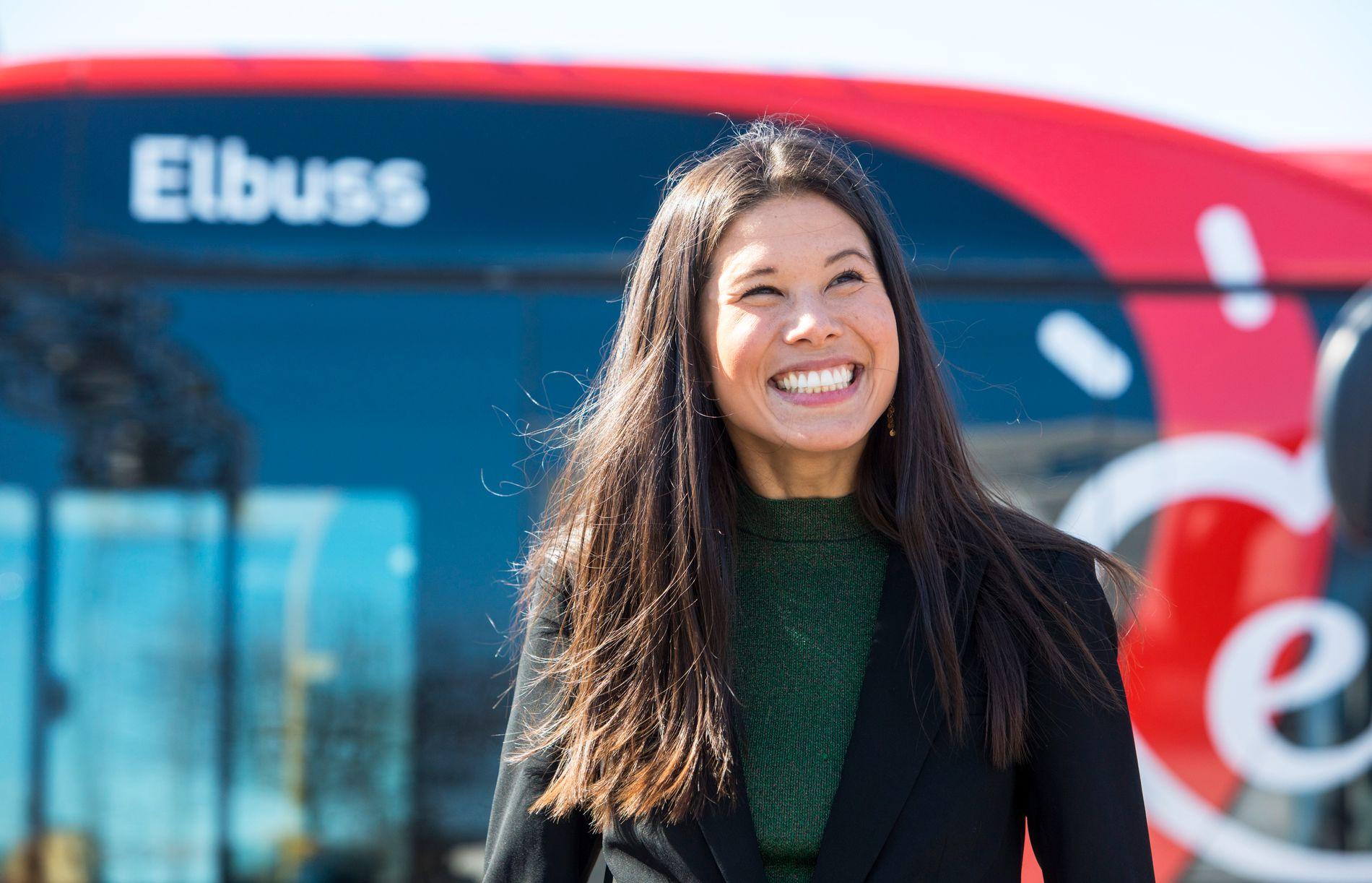 FORNØYD:  Miljø- og samferdselsbyråd Lan Marie Berg synes det er bra at Oslo tester ut ny teknologi slik at man får erfaringer med hvordan den fungerer i typiske «vinterland».  Hun mener det vil gjøre det lettere for andre å komme etter.