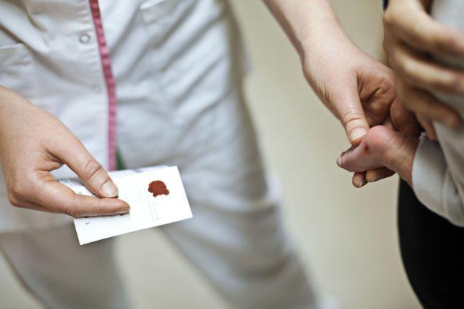 TAS PÅ SPEDBARN: En slik kapillærprøve tar laboratoriet BioTek på spedbarn for å finne ut om de har en matintoleranse. Eksperter er bekymret.