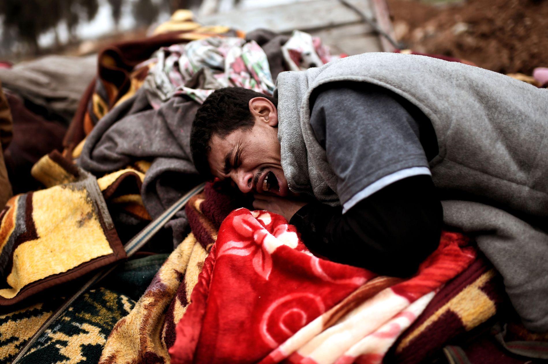 DREPT: Slektninger av de døde sørger etter den angivelige amerikanske flyangrepet den 17. mars.