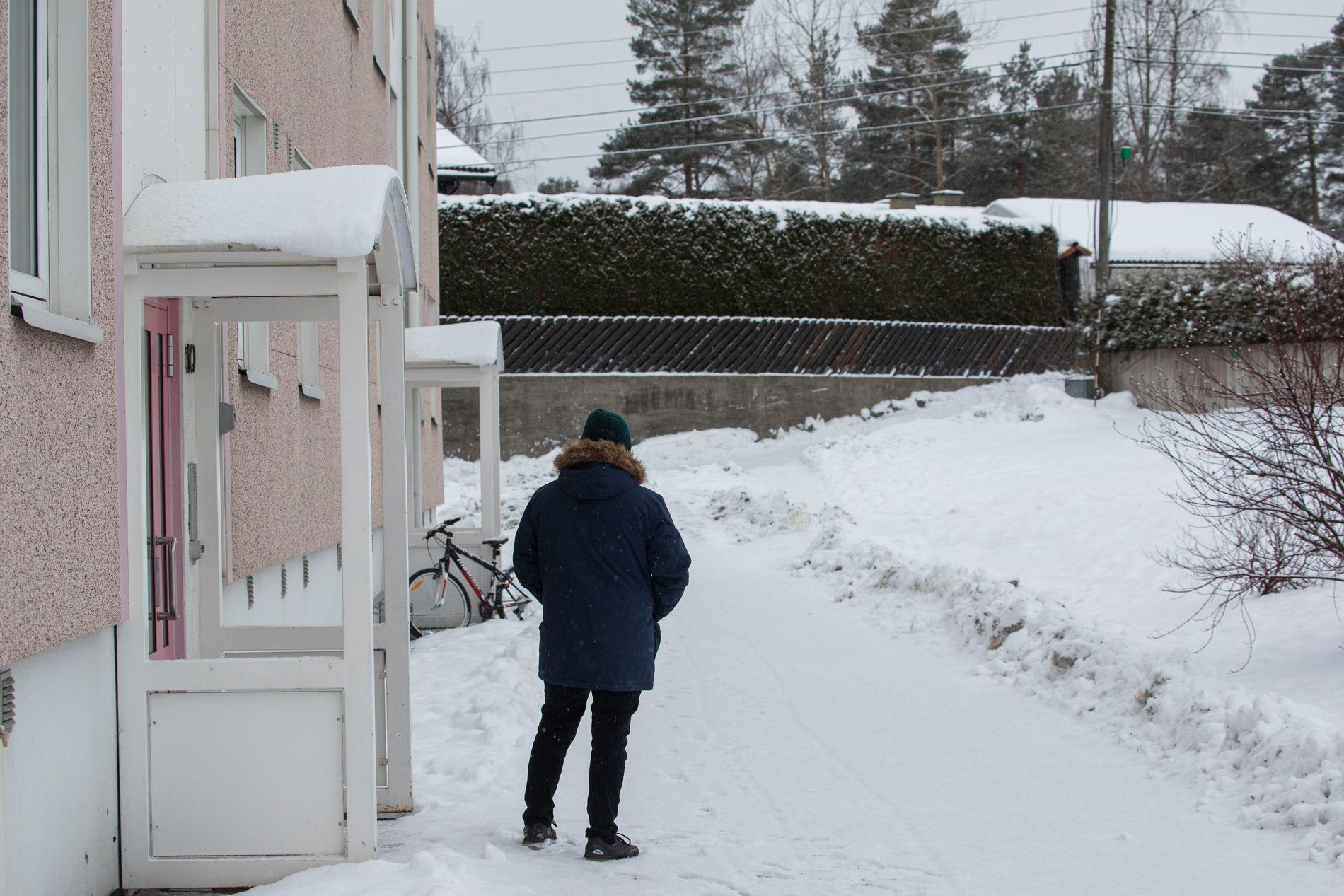 NABOEN: Her står naboen på samme sted som hvor han gjorde observasjonen.