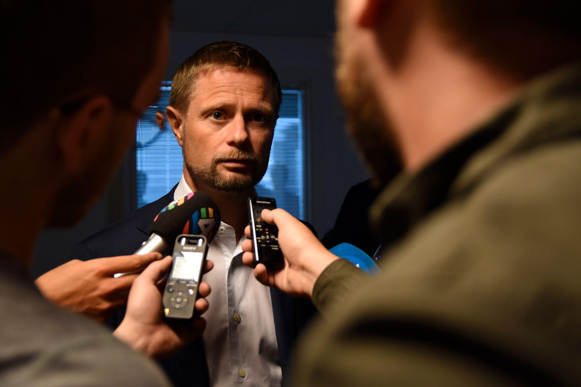 MØTE: Helseminister Bent Høie (H) møtte mandag morgen det akuttmedisinske miljøet ved Universitetssykehuset Nord-Norge, for å få informasjon om luftambulansetjenesten. Etter det møtte han Babcock.