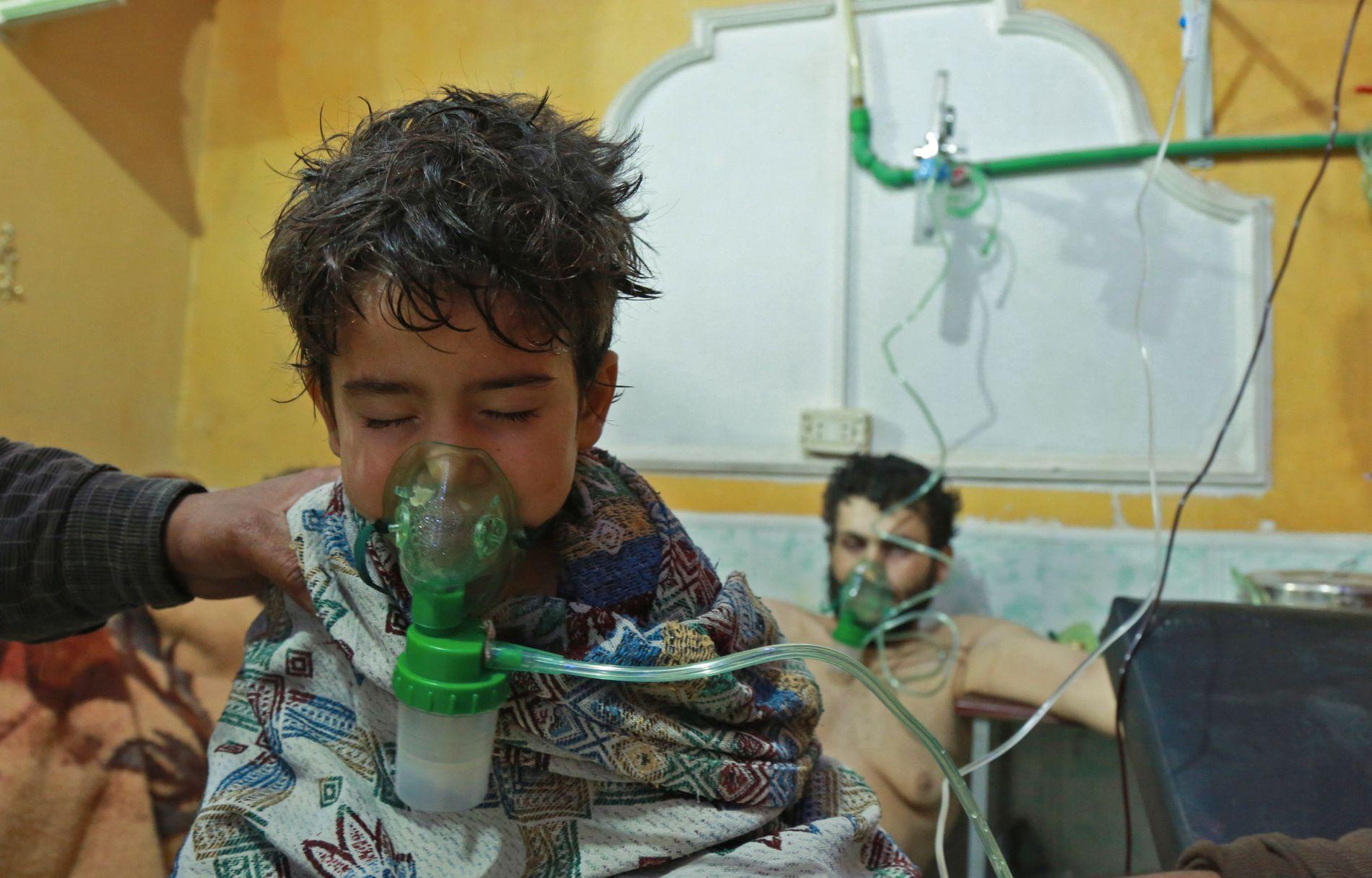 SÅRET: Dette bildet fra 25. februar viser syriske barn som blir behandlet for det som angivelig var et kjemisk angrep i al-Shifuniyah i Øst-Ghouta.