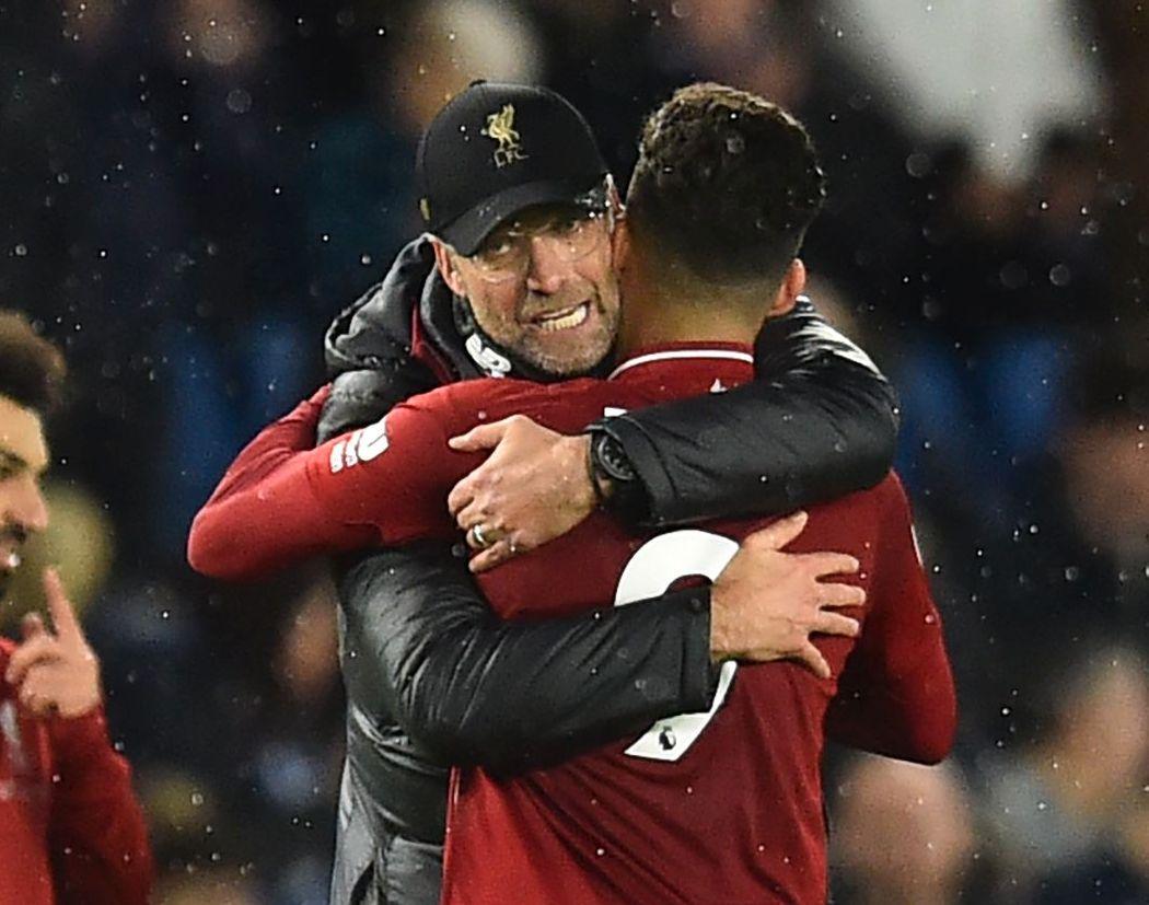 LYKKE: Jürgen Klopp omfavner Roberto Firmino etter Liverpools tre poeng.