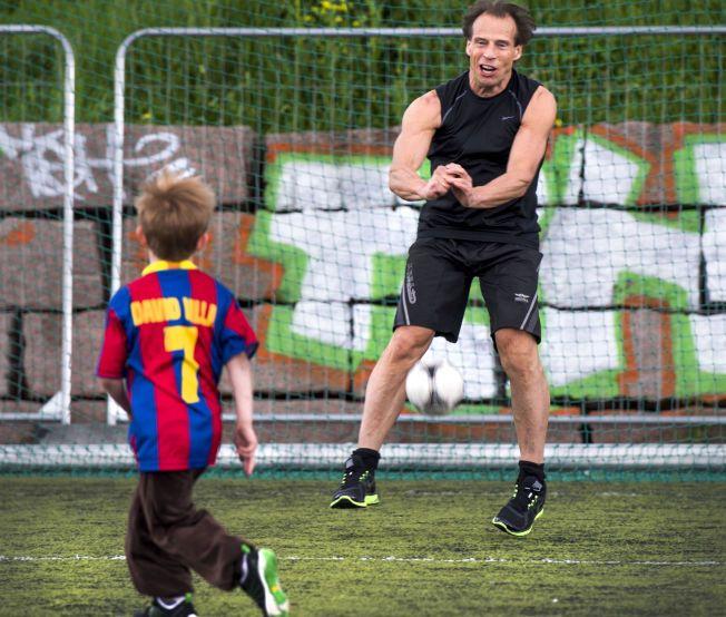VIL HA ALLE MED: Idrettsleder Jan Bøhler i Grorud Idrettslag tar gjerne barnebarnet Julian (5) med på fotballbanen. Men han sliter med at mange foreldre ikke betaler aktivitetsgebyr for barna sine i idrettslaget.