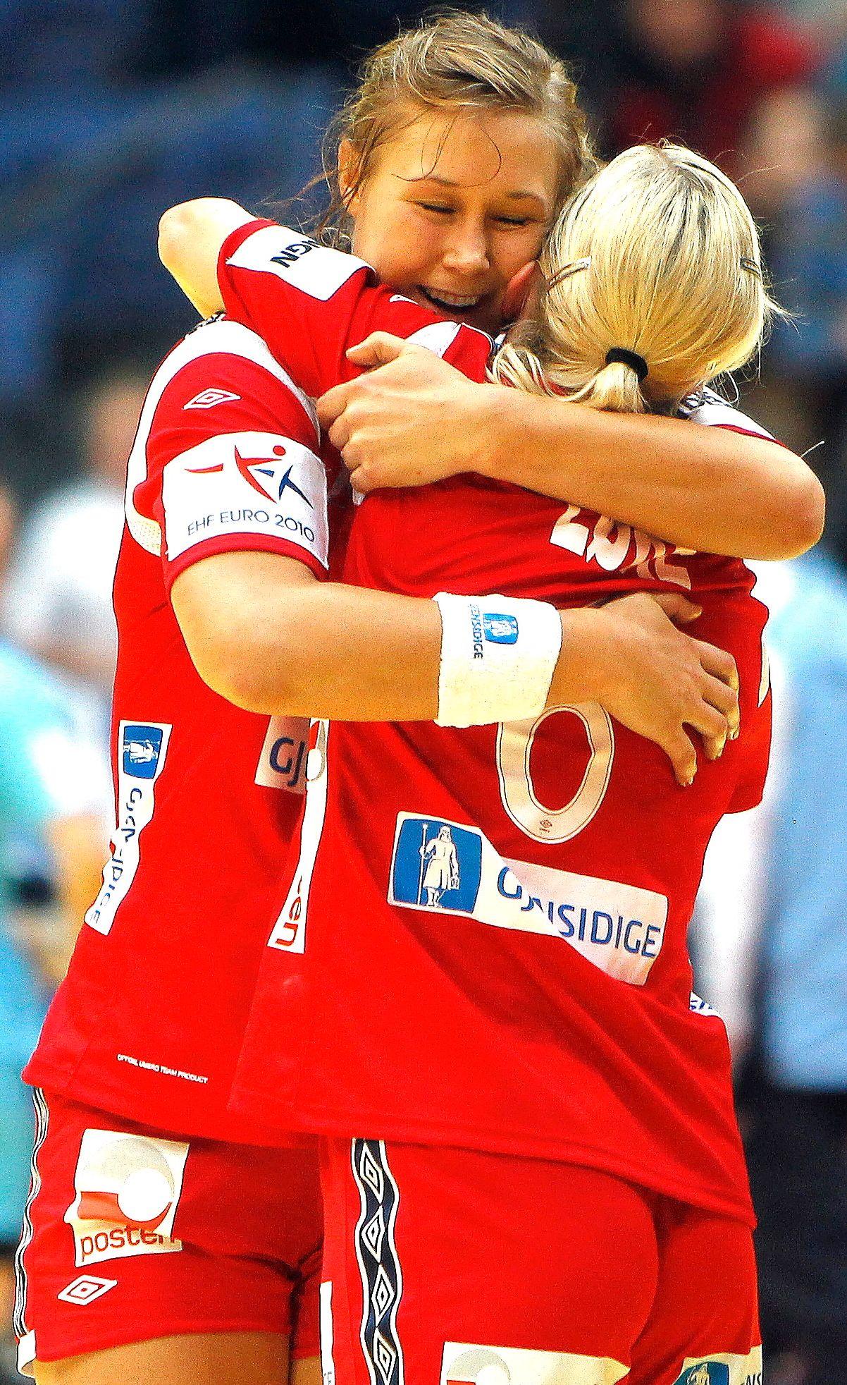 NYGAMMEL RESERVE: Marit Malm Frafjord gjør «comeback» som Heidi Løkes reserve under Rio-OL. Her er duoen etter en kamp under EM 2010.