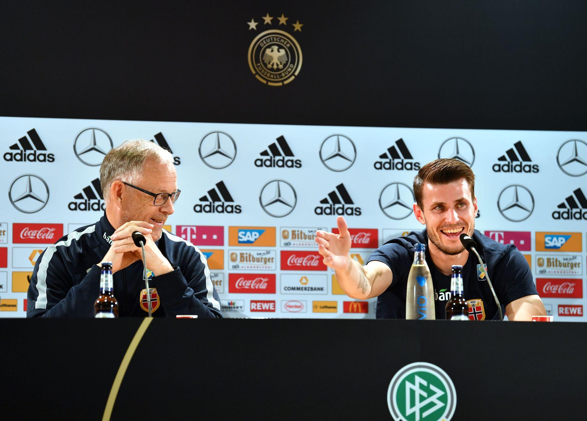 Her fra søndagens pressekonferanse med landslagssjef Lars Lagerbäck og  Håvard Nordtveit dagen før VM kval-kampen borte mot Tyskland. 7bbd058b4b329