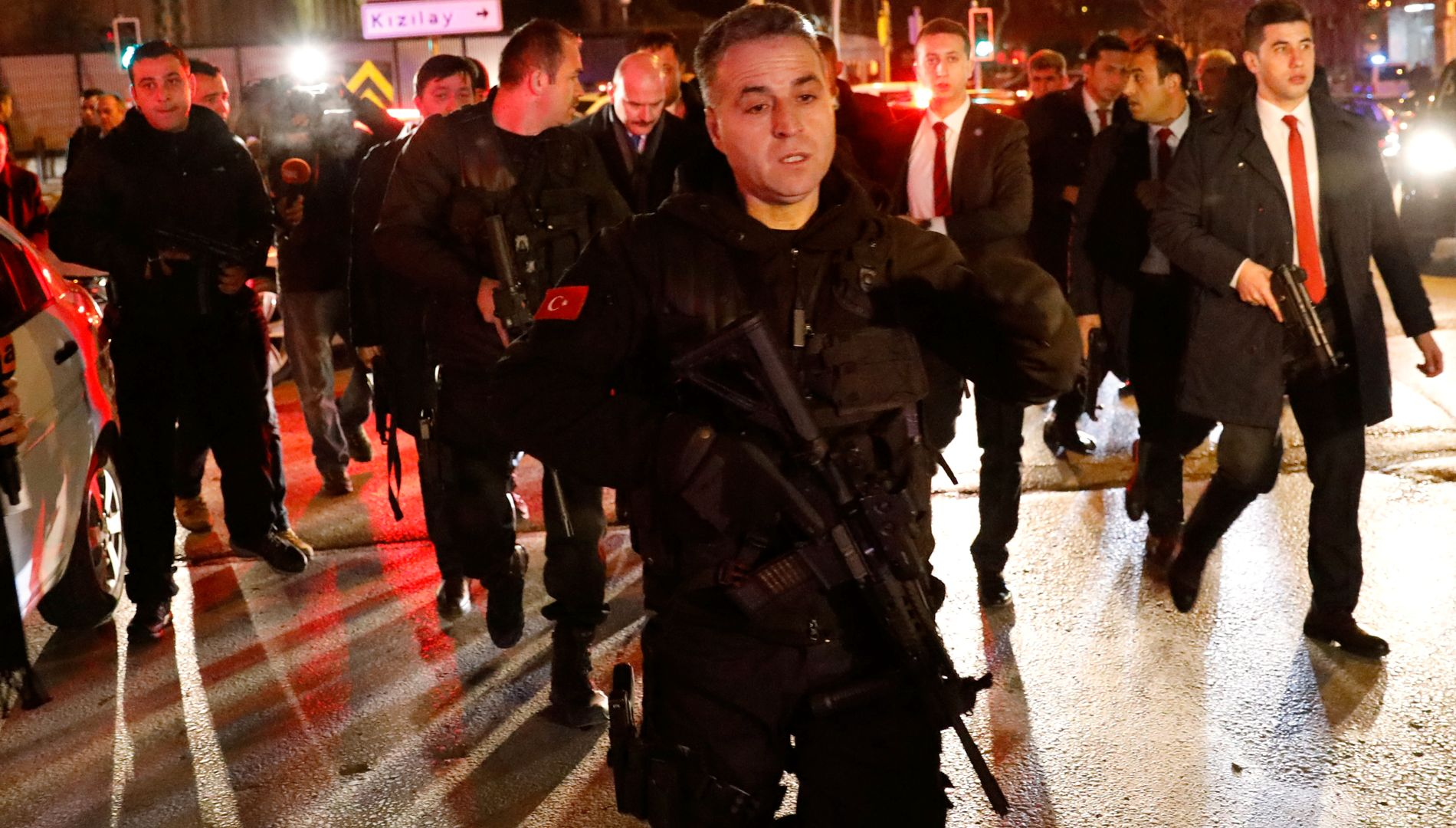 SPESIALPOLITI: Tyrkisk politi har omringet bygningen.