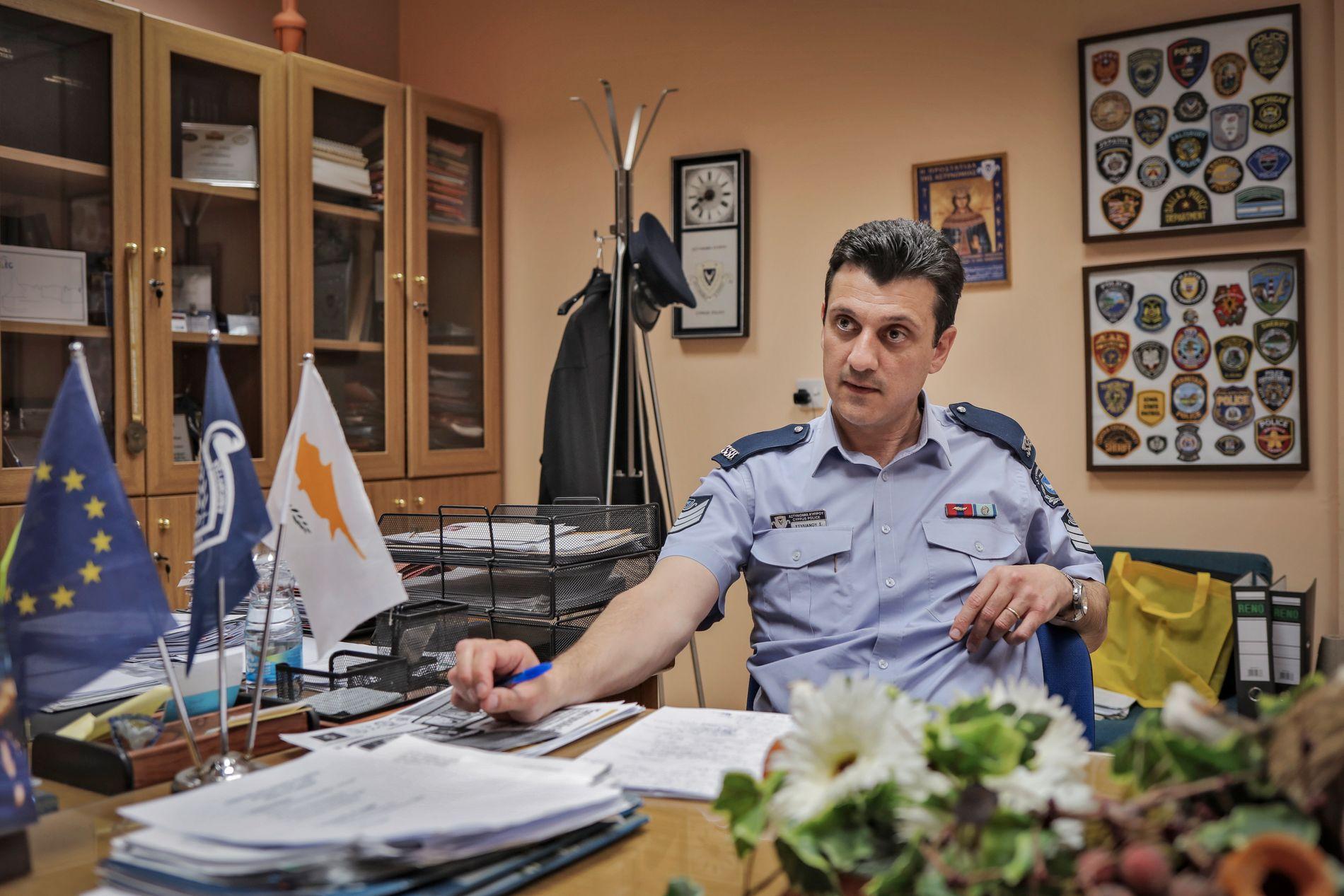 ETTERFORSKER: Pressetalsmann Stelios Stylianon i politiet på Kypros.