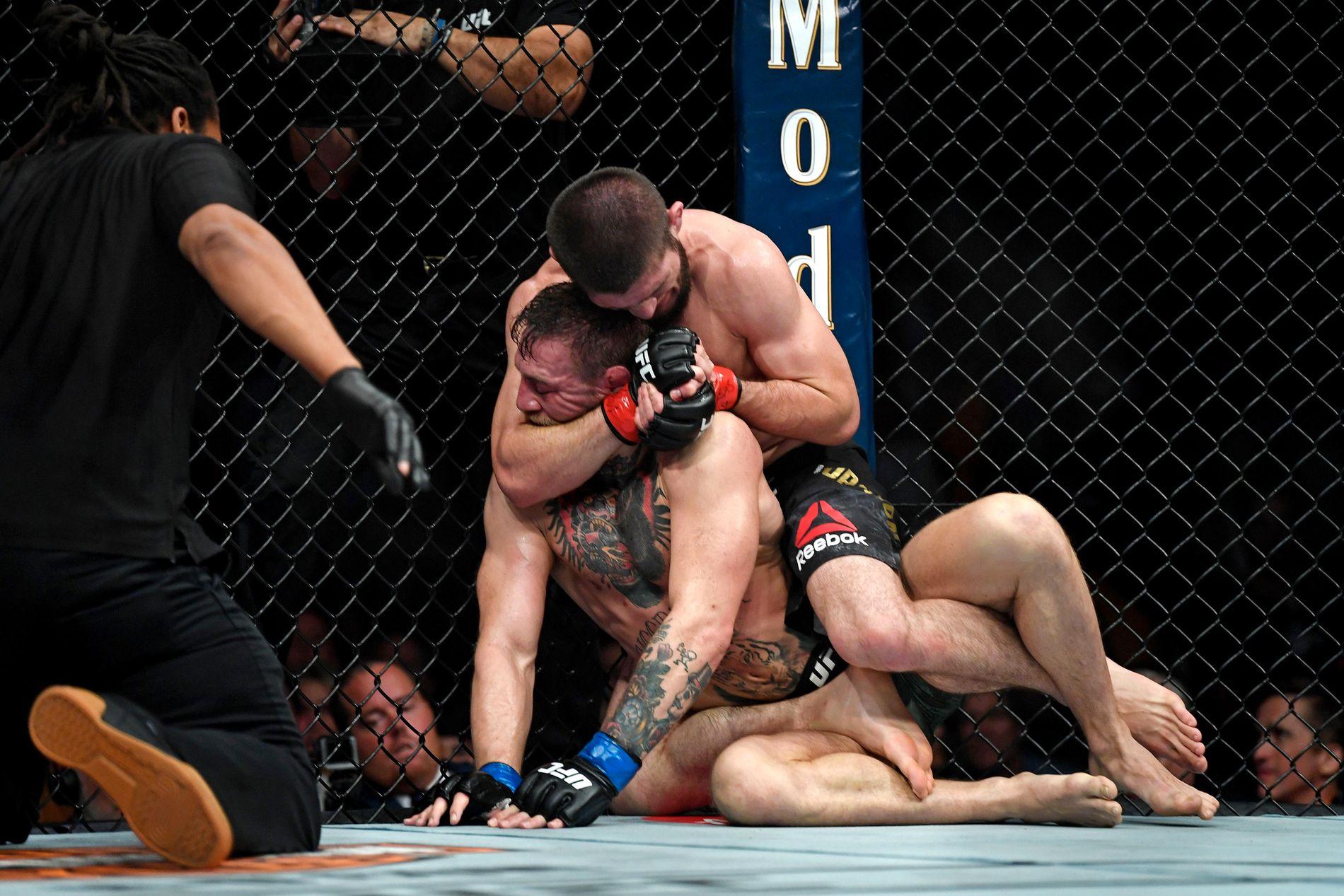 """AVGJØRELSEN: Khabib Nurmagomedov avgjør kampen mot Conor McGregor på """"neck crank"""" i fjerde runde. Sekunder senere starter kaoset i T-Mobile Arena i Las Vegas."""