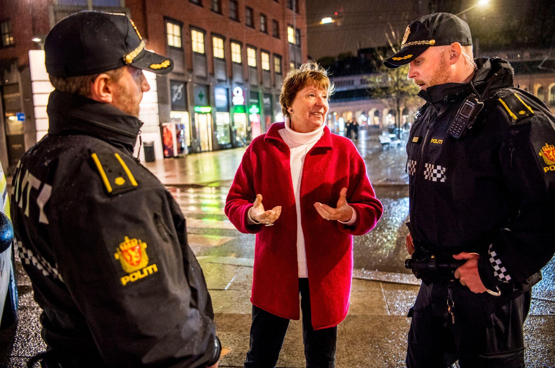 NATTPATRULJE: Ordfører Marianne Borgen ble med divisjonslederne Harald Frode Fredrickson (t. v.) og Edvard Danielsen ved Sentrum politistasjon på patruljering i Oslo natt til 1. mai.