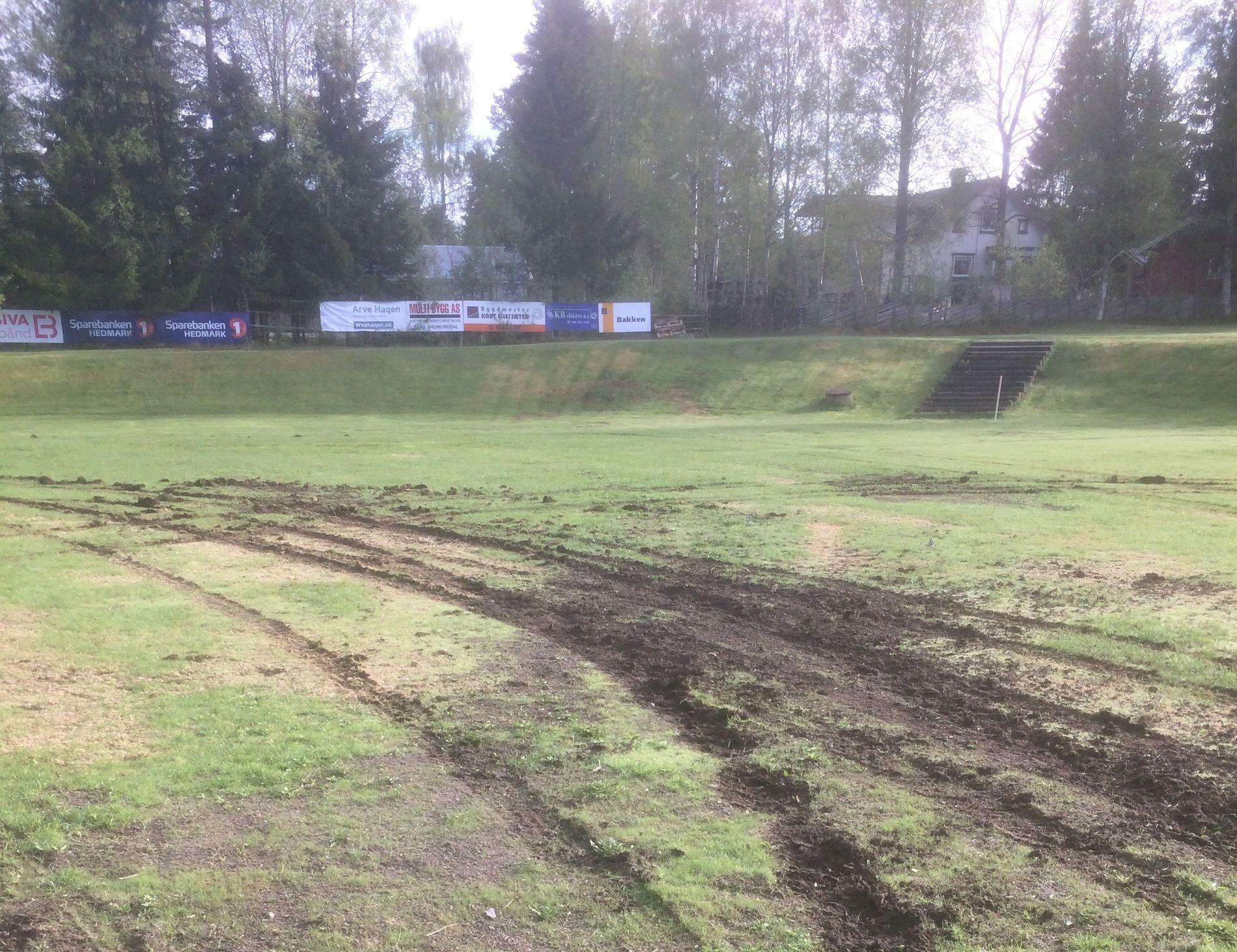STORE SKADER: Slik så fotballbanen til Nybygda IL ut etter at en 18 år gammel mann kjørte rundt på banen med en bil natt til 29. mai.